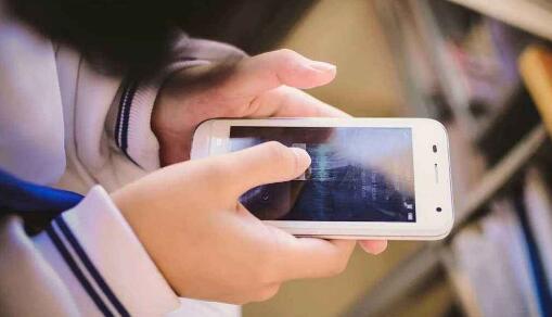 《你抱着手机的样子真的很孤独》读后感400字